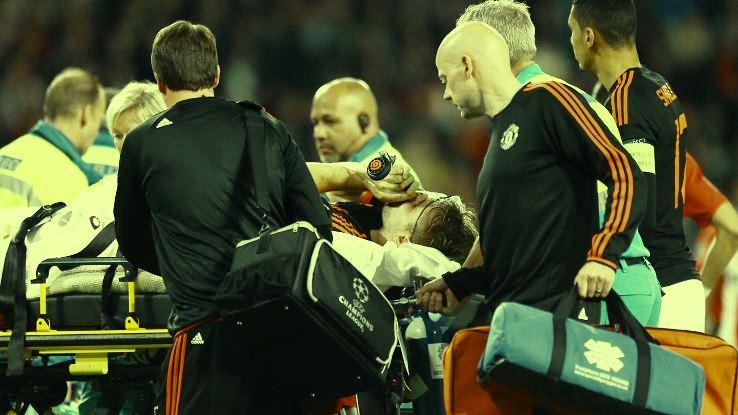 Luke Shaw saat diangkut tim medis di Stadion Phillips, kandang PSV Eindhoven. Foto: Espnfc.com