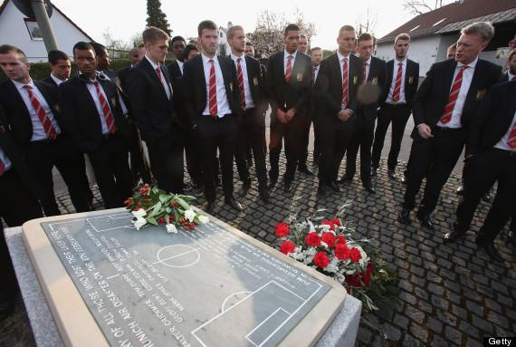 David Moyes dan skuat The Red Devils saat menyambangi tugu peringatan Tragedi Munich di Munich. Foto: huffpost.com