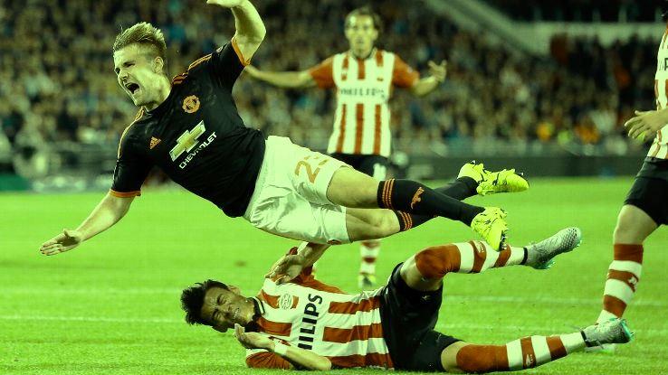 Tekel horor Moreno yang menggunting kaki kanan Shaw. Foto: espnfc.com