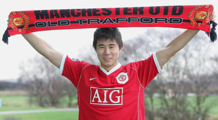 Dong Fangzhuo signs Manchester United contract